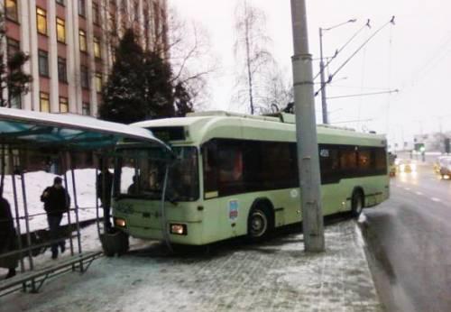 В Минске троллейбус протаранил остановку
