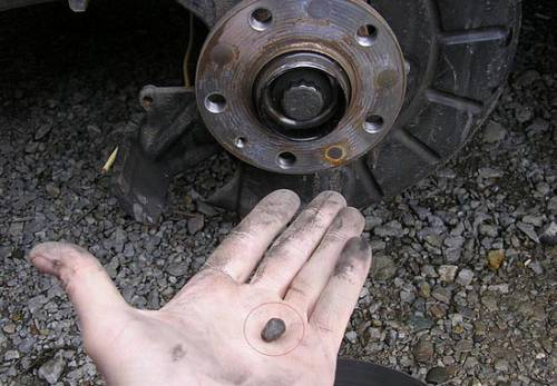 Попал камень в тормозные диски