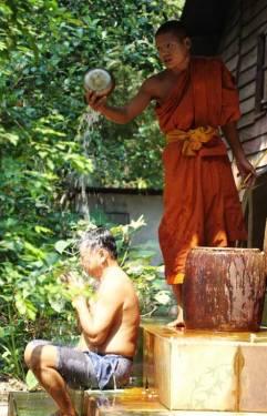 Монах исполняет ритуал