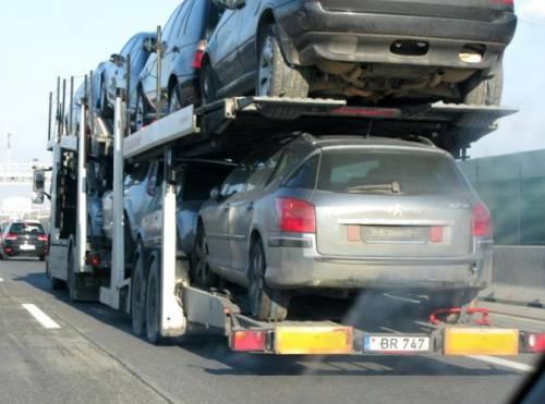 На Венской кольцевой увидели автовоз из Литвы с кучей «в хлам» разбитых и утопленных авто